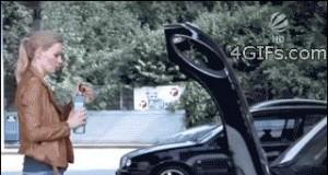Gdy kobieta uzupełnia olej w samochodzie