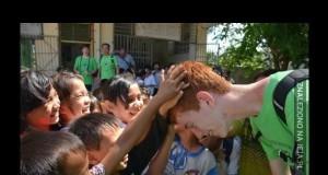 Reakcja chińskich dzieci na rudego chłopaka