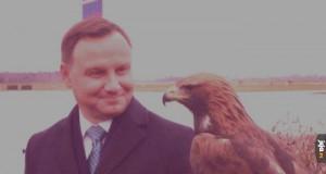 Faceci z dużym ptakiem