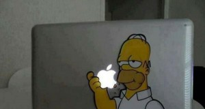 Simpsonowa naklejka na laptopa