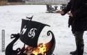 Ogrzewanie rąk nad płonącym statkiem