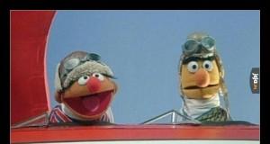 Ernie powiedział Bertowi, że zrzucają paczki z pomocą