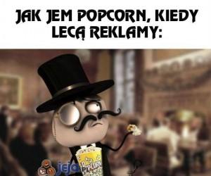 Jedzenie popcornu w trakcie oglądania