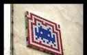 """Niesamowita dekoracja budynku zrobiona z 323 kostek Rubika – kosmita z gry """"Space Invaders"""""""