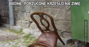 Biedne, porzucone krzesło na zimę