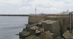 Kostka rubika nad morzem