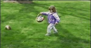 Z drogi, piłka leci!