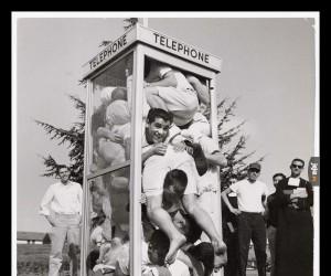 W latach 50-tych wśród nastolatków popularnym było upychanie się w budkach telefonicznych