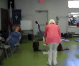 90 latka robi podwójnego backflipa