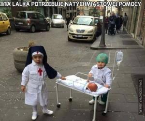 Ta lalka potrzebuje natychmiastowej pomocy