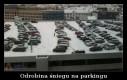 Odrobina śniegu na parkingu