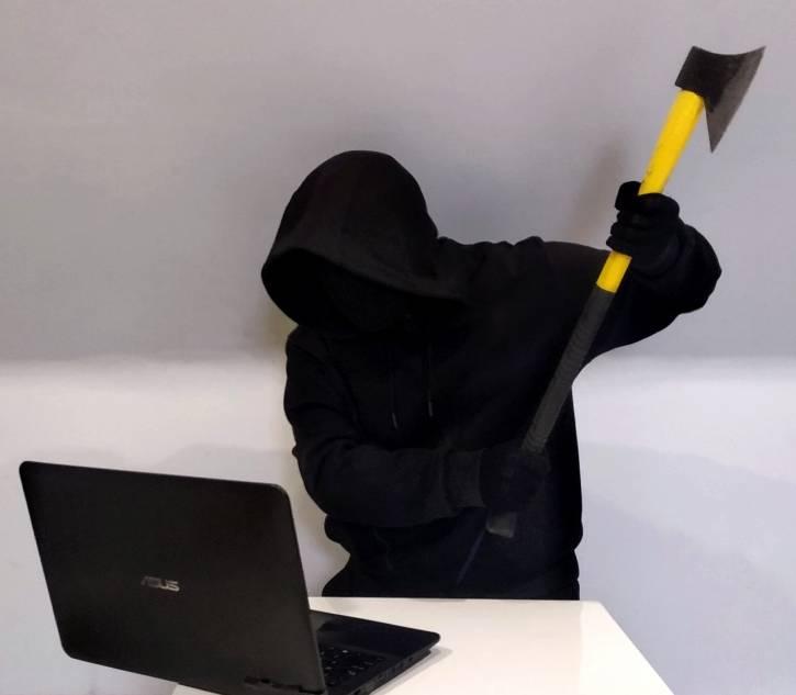 Tajniak rąbie laptopa